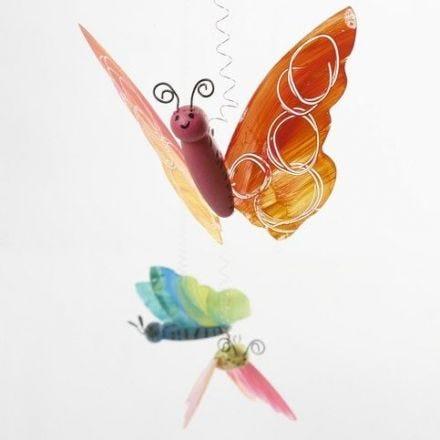Bunte Schmetterlinge aus Holz und Kunststoff