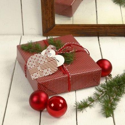 Ein Geschenk mit einem Flechtherz