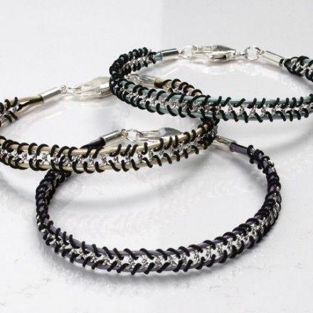 Armbänder mit Flechtwerk um Schmuckketten und Lederbändern