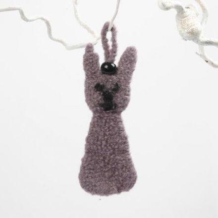 Ein gefilzter Hase aus gestrickter Wolle