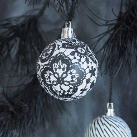 Weihnachtskugel, verziert mit Découpage-Papier