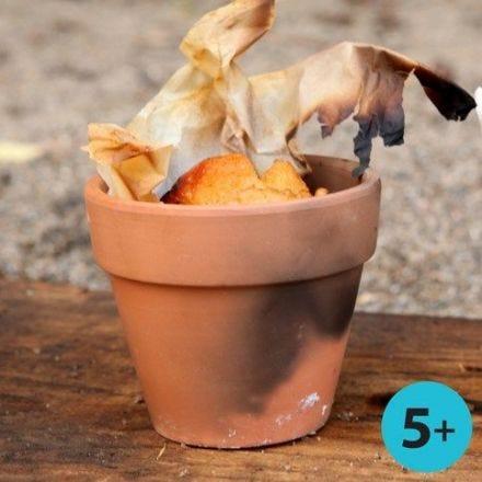 In kleinen Terracotta-Blumentöpfen gebackenes Brot