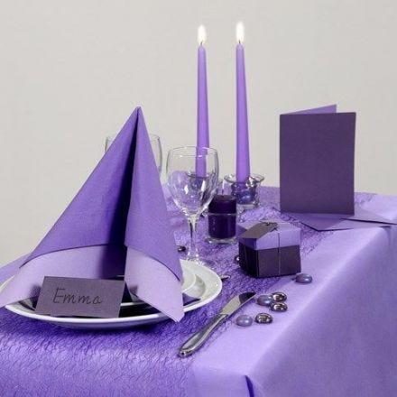 Inspiration für das Fest mit lila Tischtuch und Tischschmuck