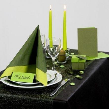 Inspiration für das Fest mit grünem Tischtuch und Tischschmuck