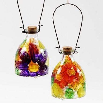Eine Wespenfalle aus Glas dekoriert mit floralem Design