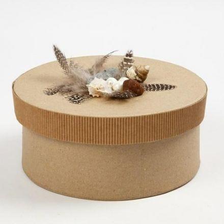 Eine Schachtel, verziert mit Wellpappe, Federn und Muscheln