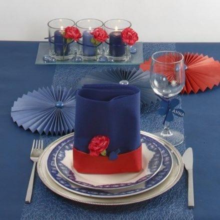 Blaue Tischdekorationen mir einem Hauch von Rot