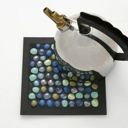 Ein Topfuntersetzer aus Glas Deko Steinen im Collage-Rahmen
