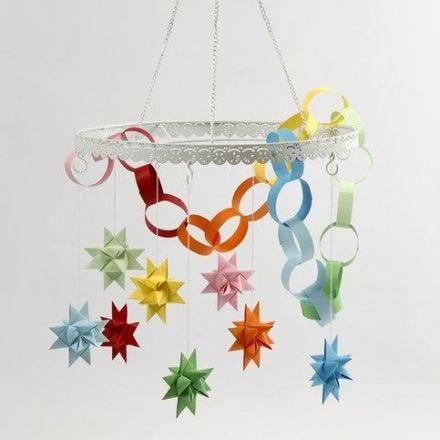 Ein Metallkranz mit farbigen Sternen und Papier-Kette