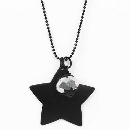 Eine schwarze Kugelkette mit zwei Anhängern - einer facettierten Perle und einem Metallstern
