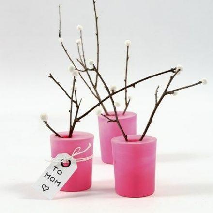 Natürliche Zweige mit Beeren aus Silk Clay in einem mit Luftballongummi bezogenen Glas