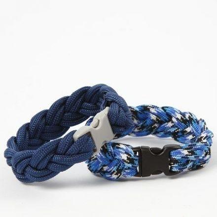 Aus Makramé-Kordel geflochtene Armbänder mit Klick-Verschluss