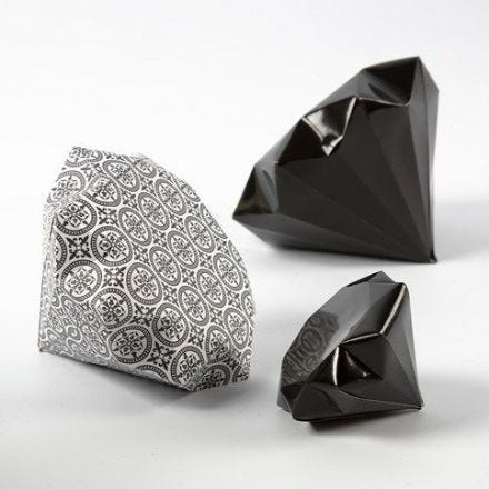 Ein Diamant, gefaltet aus Vivi Gade Design-Papier (Serie 'Paris')