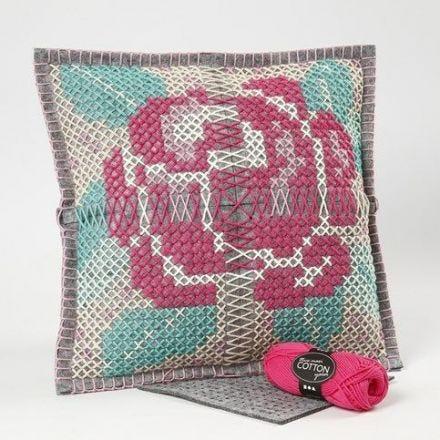 Eine Kissenhülle mit Kreuzstich Rose