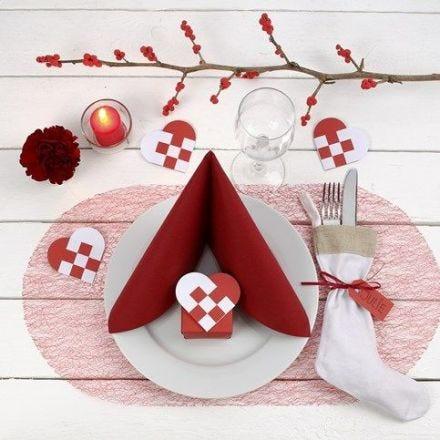 Einen roten und weißen Weihnachtstisch dekorieren