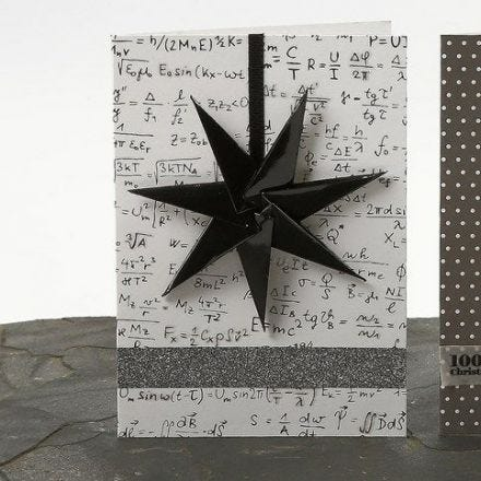 Eine Weihnachtskarte mit siebenzackigem Stern an einem Band