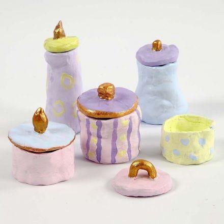 Töpfe und Deckel aus selsthärtendem Ton, bemalt in Pastell und Gold