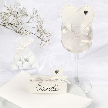 Dekoration für eine romantische weiße Hochzeit