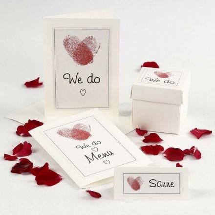 Einladungskarten zur Hochzeit und passende Tischdekoration mit Fingerabdruck-Herzen