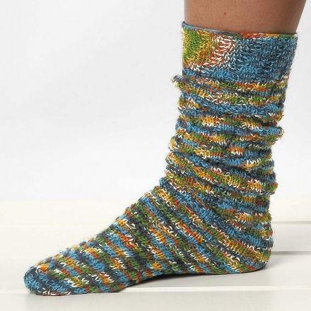 Gestrickte Socken mit Spiralmuster