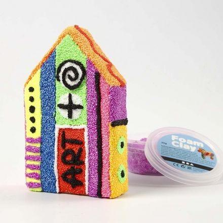Pappmaché-Haus, bedeckt mit Phantasie-Deko aus Foam Clay