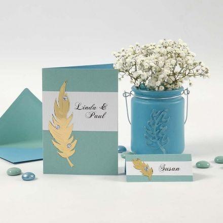 Einladungs- und Tischkarten mit Schmuck aus Goldmetallic-Federn und Strass-Steinen