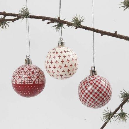 Weihnachtskugel mit Découpage in Rot-Weiss