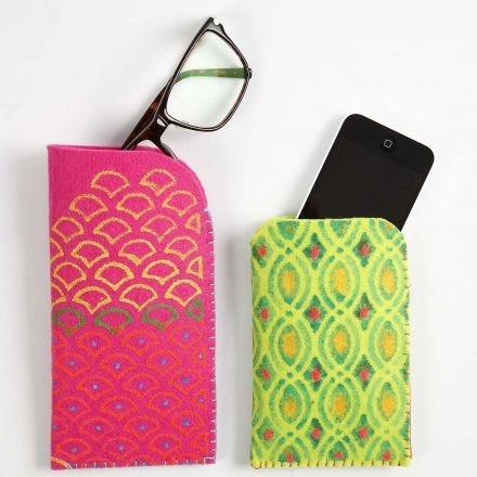 Hüllen aus dickem Filz, verziert mit Textilfarbe