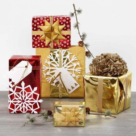 Geschenkverpackung mit Metallic-Papier und glitzernder Deko