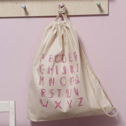 Baumwollbeutel, verziert mit Siebdruck-Buchstaben