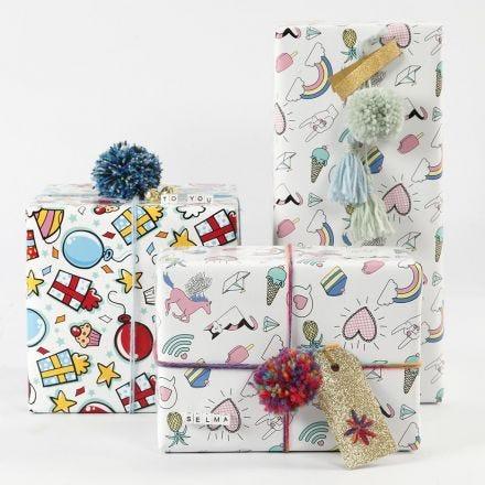 Geschenkverpackung mit Papier, Wolle und weiterer Deko