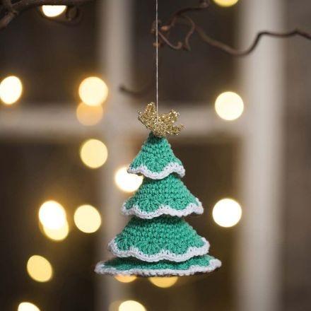 In Lagen gehäkelter Weihnachtsbaum aus Baumwoll- und Goldgarn