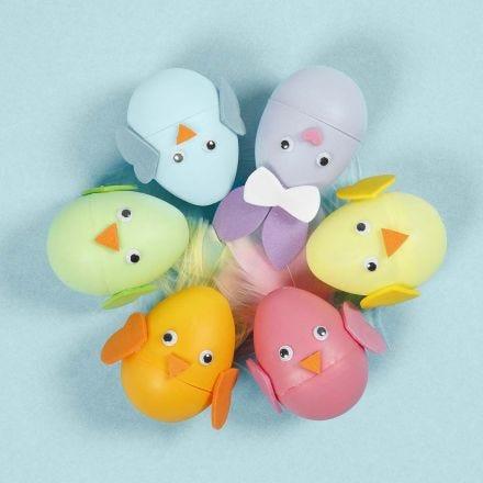 Osterhäschen und Küken als Ei-Figuren mit Moosgummi-Deko