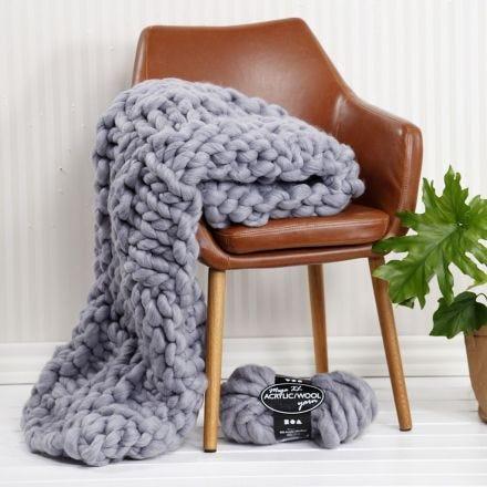 Eine handgestrickte Decke aus XL-Chunky-Garn