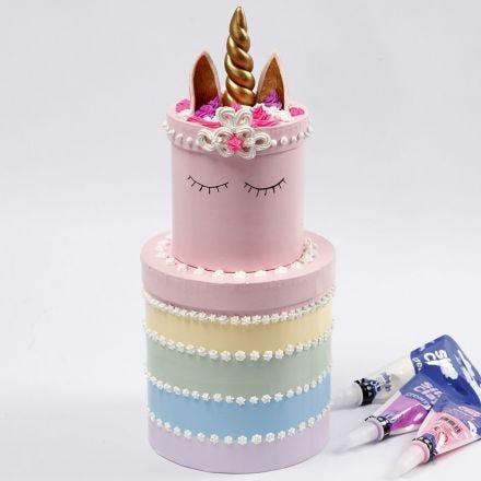 Eine Regenbogen-Schichttorte aus Pappboxen, verziert mit Silk Clay Creamy