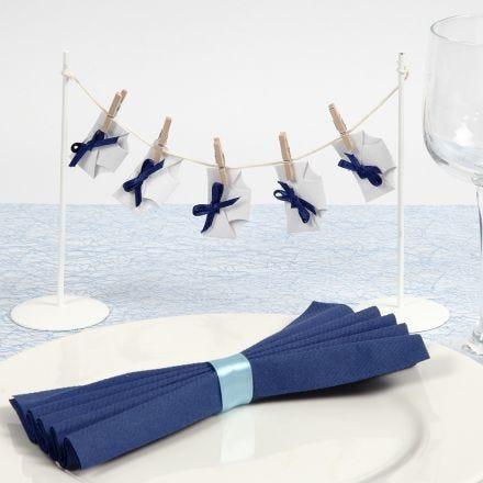 Tischdeko für die Taufe - Mini-Windeln mit Schleife an einer Wäscheleine