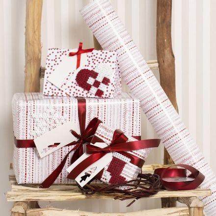 Weihnachtliche Geschenkverpackung in Rot und Weiß, dekoriert mit Nabbi Fuse-Bügelperlen