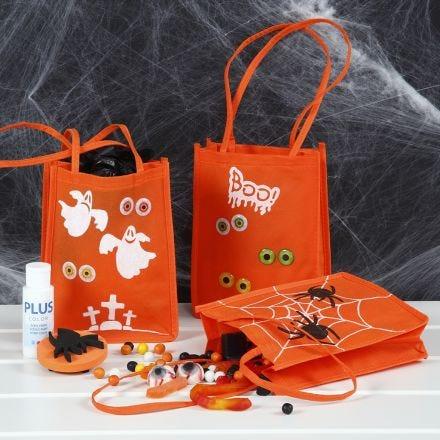 Eine Tasche für Halloween, verziert mit Bastelfarbe, Stempelmustern und Augen-Stickern
