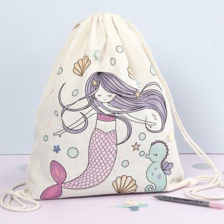 Turnbeutel mit Meerjungfrau-Motiv, verziert mit Stoffmalstiften und Pailletten
