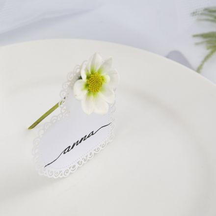 Tischkarte für eine Hochzeit aus einem Kartenherz mit Blüte