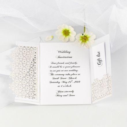Zweigeteilte Hochzeitseinladung, verziert mit Spitze aus festem Karton