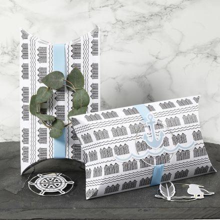 Kleine Geschenkverpackungen, verziert mit blauer Schleife, Metallring und maritimen Stanzformen