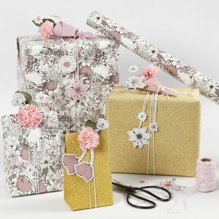 Florale Geschenkverpackungen mit ausgestanzten Blüten und Seidenpapierblumen