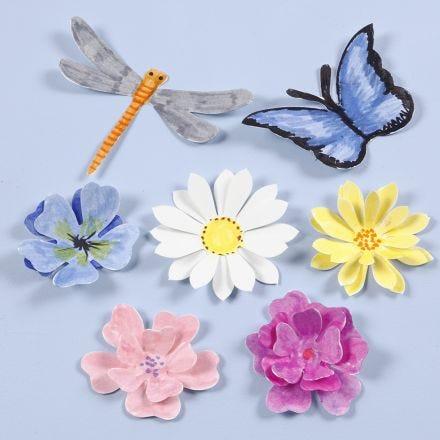 Ausgestanzte Insekten und Blüten mit 3D-Effekt