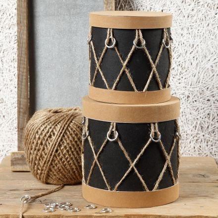 Boxen aus Pappmaché, dekoriert als Trommeln