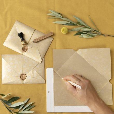 Selbst gefertigte Kuverts, verschlossen mit Siegelwachs