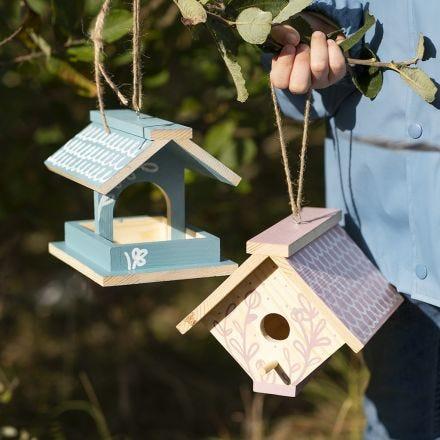 Selbstgebautes Vogelhäuschen, bearbeitet mit Plus Color Bastelfarbe und Plus Color Markern