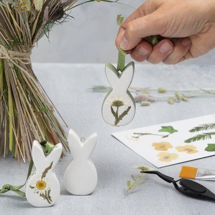 Mit Trockenblumen verzierte Osterfiguren aus Porzellan zum Aufhängen