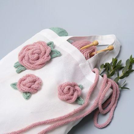 Stoffbeutel, verziert mit Rosenblüten aus der Strickmühle