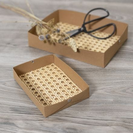 Tabletts aus Lederpapier und Rattangeflecht
